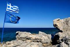 Drapeaux de la Grèce et de l'Union européenne sur la plage Rhodes Photos stock