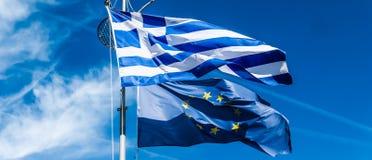Drapeaux de la Gr?ce et de l'Union europ?enne sur le fond de ciel bleu, la politique de l'Europe image libre de droits