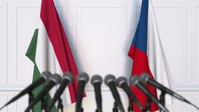 Drapeaux de la Hongrie et de la République Tchèque à la conférence de presse internationale de réunion ou de négociations animati banque de vidéos