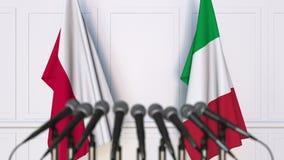 Drapeaux de la Pologne et de l'Italie à la réunion ou à la conférence internationale rendu 3d Photos stock