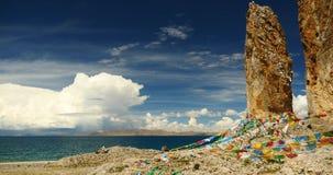 drapeaux de la prière 4k au namtso de lac au Thibet, méditation antique de moine en caverne banque de vidéos