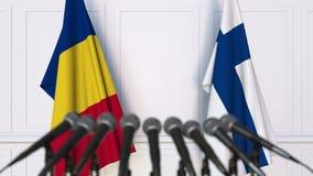 Drapeaux de la Roumanie et de la Finlande à la conférence de presse internationale de réunion ou de négociations animation 3D clips vidéos