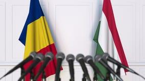 Drapeaux de la Roumanie et de la Hongrie à la conférence de presse internationale de réunion ou de négociations animation 3D clips vidéos