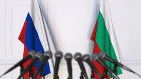 Drapeaux de la Russie et de la Bulgarie à la conférence de presse internationale de réunion ou de négociations animation 3D banque de vidéos