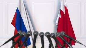Drapeaux de la Russie et du Bahrain à la conférence de presse internationale de réunion ou de négociations animation 3D banque de vidéos