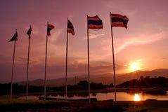 Drapeaux de la Thaïlande avec le fond crépusculaire de ciel photos stock