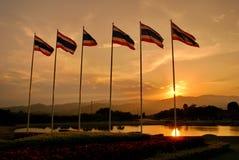 Drapeaux de la Thaïlande avec le fond de ciel de nuage d'or images stock