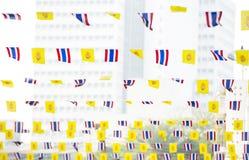 drapeaux de la Thaïlande sur la corde à linge des vacances sur un fond du ciel Photos stock