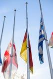 Drapeaux de mi-mât de tous les pays de l'Union Européenne après Paris Photos stock