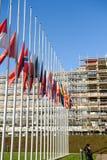 Drapeaux de mi-mât de tous les pays de l'Union Européenne après Paris Image stock