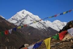 Drapeaux de montagne couverts par neige et de prière Image stock