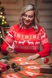 Drapeaux de Noël de peinture de femme avec la brosse Images stock