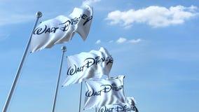 Drapeaux de ondulation avec le logo de Walt Disney contre le ciel, rendu 3D éditorial Photos stock