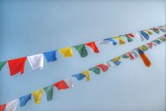 Drapeaux de ondulation colorés de prière Photographie stock