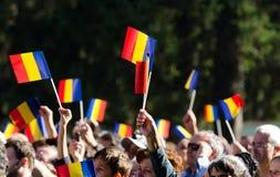 Drapeaux de ondulation de foule roumaine Photographie stock libre de droits