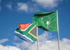 Drapeaux de ondulation de l'Afrique du Sud et de l'union africaine Photographie stock libre de droits