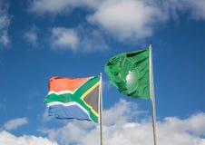 Drapeaux de ondulation de l'Afrique du Sud et de l'union africaine Images stock