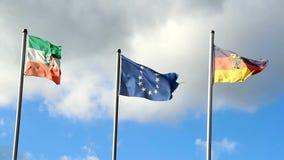 Drapeaux de ondulation de l'Allemagne, Union européenne, Rhénanie-du-Nord-Westphalie clips vidéos