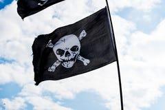 Drapeaux de pirate dans le vent Photo stock