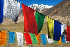 Drapeaux de prière avec des stupas - Inde Photos libres de droits