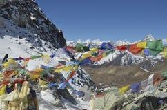 Drapeaux de prière chez Cho La Pass image libre de droits
