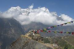 Drapeaux de prière dans le trekking du Népal aux montagnes de l'Himalaya Photographie stock