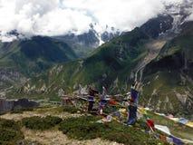 Drapeaux de prière de danse en Himalaya pendant la mousson Photos libres de droits