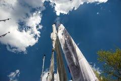 Drapeaux de prière en ciel Images libres de droits