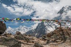 Drapeaux de prière en Himalaya Népal Photo stock