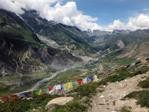 Drapeaux de prière en vallée de l'Himalaya Photographie stock libre de droits
