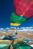 Drapeaux de prière et la chaîne des montagnes de l'Himalaya dedans dans le backg Photos libres de droits