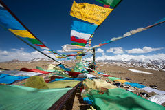 Drapeaux de prière et la chaîne des montagnes de l'Himalaya dedans dans le backg Image stock