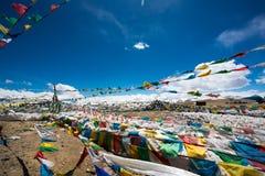 Drapeaux de prière et la chaîne des montagnes de l'Himalaya dedans dans le backg Image libre de droits