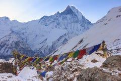 Drapeaux de prière et montagne de neige d'Annapurna de l'Himalaya, Népal Photographie stock