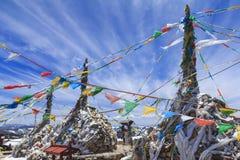 Drapeaux de prière et stupa en haut de vallée Shika Sno de lune bleue Photographie stock