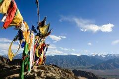 Drapeaux de prière et vue de l'Himalaya, Inde Image stock