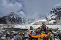 Drapeaux de prière, Lungta sur la montagne Kalapatthar 5643m dans la perspective des montagnes de l'Himalaya images stock