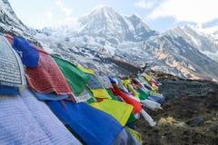 Drapeaux de prière soufflant dans le vent en Himalaya image libre de droits