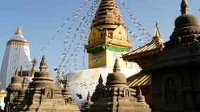 Drapeaux de prière volant le vent, le temple de Swayambhunath Stupa, de singe, la pagoda sainte, le symbole du Népal et à Katmand banque de vidéos