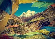 Drapeaux de prières en montagnes de l'Himalaya, Népal, rétro style de vintage Images stock