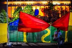 Drapeaux de protestataires, Bucarest, Roumanie Photos stock