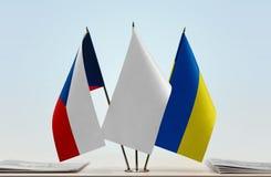 Drapeaux de République Tchèque et de l'Ukraine photos stock