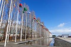 Drapeaux de tous les pays du monde ondulant dans le vent au DOS Olivais de Rossio Photo stock