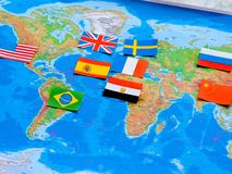 Drapeaux de toutes les nations du monde Groupement de divers drapeaux du monde sur le blanc Jour international de paix image stock