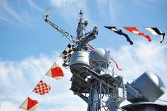Drapeaux de vacances sur le navire de guerre russe Photos libres de droits