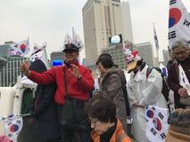Drapeaux de vague de Coréens, mise en accusation de protestation de parc photo libre de droits