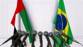 Drapeaux des EAU et du Brésil à la conférence de presse internationale de réunion ou de négociations clips vidéos