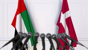 Drapeaux des EAU et du Danemark à la conférence de presse internationale de réunion ou de négociations clips vidéos