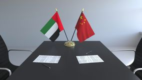 Drapeaux des Emirats Arabes Unis et de la Chine et papiers sur la table Négociations et signature d'un accord international illustration stock