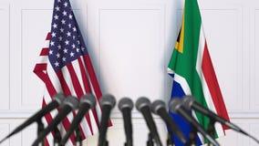 Drapeaux des Etats-Unis et de l'Afrique du Sud à la conférence de presse internationale de réunion ou de négociations banque de vidéos